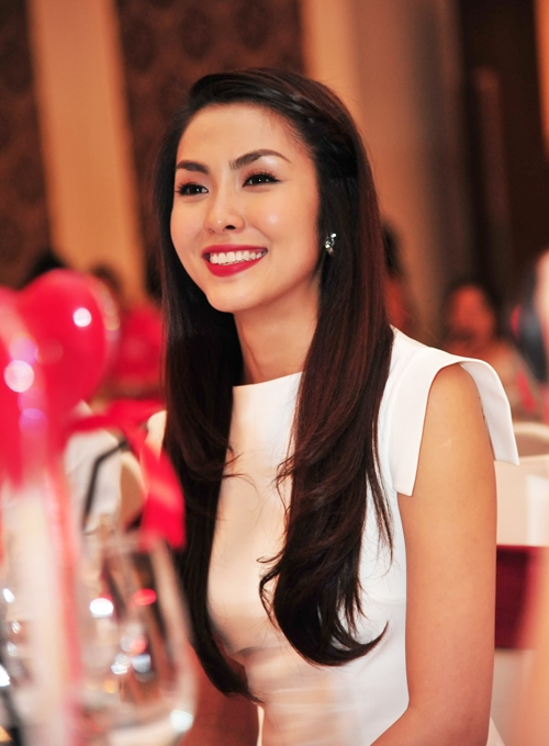 Ngay từ khi mới bước chân vào showbiz, Hà Tăng đã gây chú ý với công chúng bằng cả sắc đẹp và tài năng. - Tin sao Viet - Tin tuc sao Viet - Scandal sao Viet - Tin tuc cua Sao - Tin cua Sao