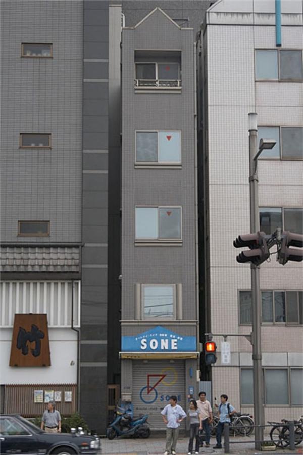 """Toà nhà như đang bị bao vây bởi hai """"người anh""""đồ sộ hai bên. (Ảnh: Internet)"""