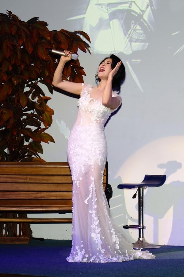 Không những gây thiện cảm nhờ giọng hát, Thu Phương còn khiến khán giả thích thú với trang phục trình diễn. Cô đầu tư hai bộ váy để xuất hiện trong đêm. - Tin sao Viet - Tin tuc sao Viet - Scandal sao Viet - Tin tuc cua Sao - Tin cua Sao