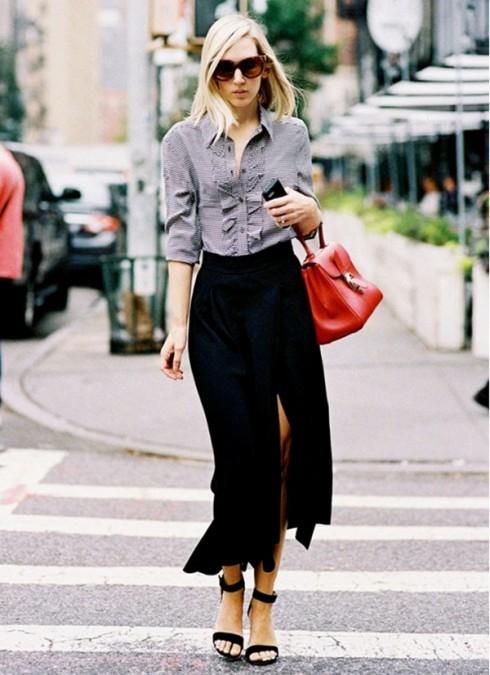 Loại chân váy này sẽ giúp các cô gái biến hóa linh hoạt với mọi hoàn cảnh. Nếu cần sự thanh lịch, bạn nên phối cùng sơ mi, áo phông kết hợp vest.