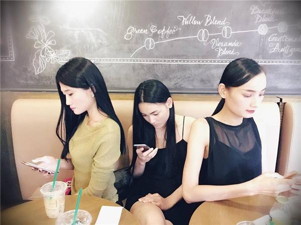 Thời đại công nghệ số, các chân dài Lê Thúy, Thùy Trang và Kha Mĩ Vân gặp nhaucũng cắm cúi vào điện thoại như mọi người. - Tin sao Viet - Tin tuc sao Viet - Scandal sao Viet - Tin tuc cua Sao - Tin cua Sao