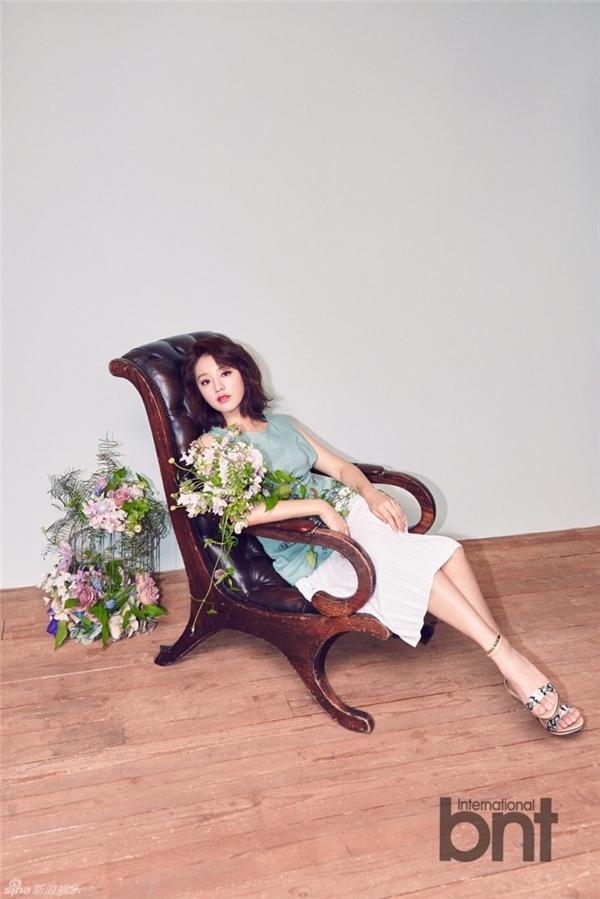 """""""Nữ quân nhân"""" Kim Ji Won đáng yêu hát theo hit của Twice"""
