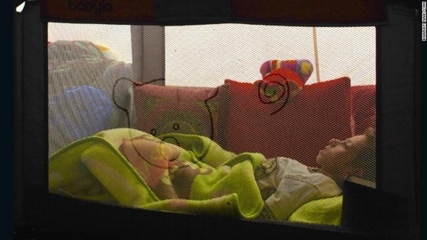 Alyaman Daar đang nằm chờ chết trong căn lều của gia đình.