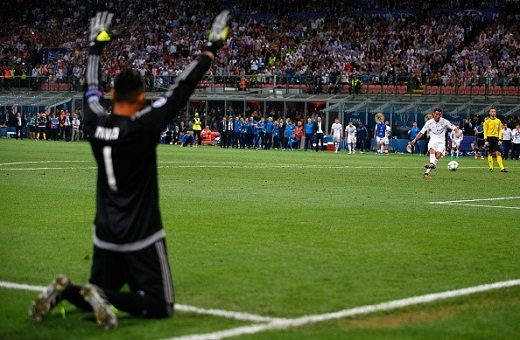 Cú sút luân lưu quyết định của Ronaldo nhìn từ góc quay phía sau Keylor Navas.