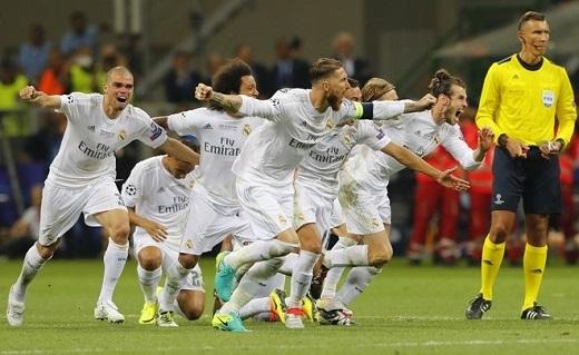 Cầu thủ Real vỡ òa trong niềm vui chiến thắng.