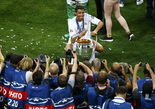 Ronaldo tạo dáng trước ống kính phóng viên. Anh giơ 3 ngón tay mang ý nghĩa là 3 chức vô địch Champions League giành được.