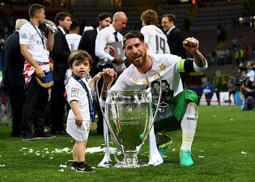 Trung vệ đội trưởng Sergio Ramos và cậu con trai.
