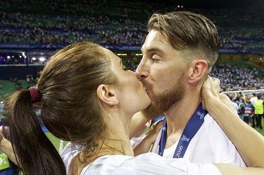 Nụ hôn nồng cháy trao cho cô bạn gái. Ramos là hậu vệ đầu tiên ghi bàn trong 2 trận chung kết Champions League.
