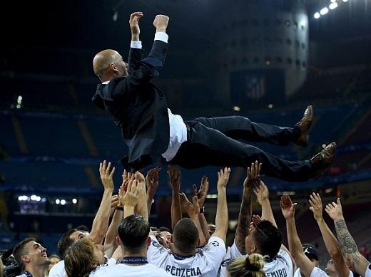 HLV Zidane được học trò tung hô. Trong 3 chức vô địch Champions League gần đây của Real, Zidane đều đóng gópnhất định với tư cách cầu thủ (chức vô địch châu Âu thứ 9 của Real), trợ lý HLV (lần thứ 10) và HLV (thứ 11).
