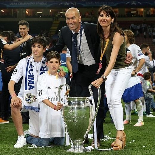 Cả gia đình đến chung vui cùng Zidane. Các con của HLV người Pháp đều đang ăn tập tại đội trẻ Real.