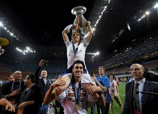 Hậu vệ Arbeloa cõng Modric trên vai.