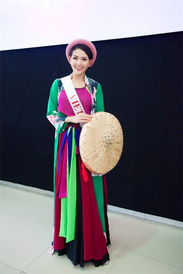 Phần trình diễn trang hục truyền thống của Mai Ngân.
