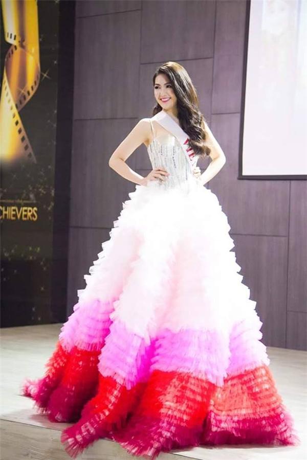 Ngoài ra, cô còn giành giải phụ Trang phục dạ hội thiết kế đẹp nhất.