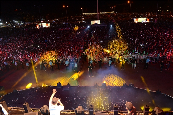 Chương trình đã thu hút hơn 15 nghìn khán giả cao nguyên đến với buổi biểu diễn, trở thành một trong những show diễn lớn nhất từng diễn ra tại Đắk Lắk nói riêng cũng như vùng Tây Nguyên nói chung. - Tin sao Viet - Tin tuc sao Viet - Scandal sao Viet - Tin tuc cua Sao - Tin cua Sao