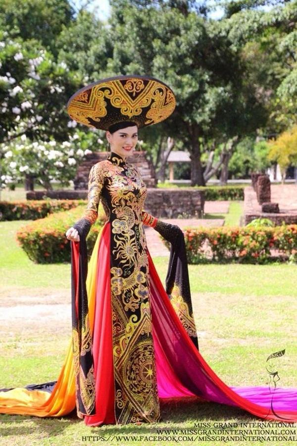 Năm 2014, Cao Thùy Linh mang dải băng Việt Nam tại Hoa hậu Hòa bình Thế giới (hiện là cuộc thi nằm trong top 5 Grand Slam). Nhưng trước khi đi thi, cô không được cấp phép do không có danh hiệu trong nước. Người đẹp vẫn mang đến bất ngờ khi giành được giải phụ Trang phục truyền thống đẹp nhất. Tuy nhiên, bước đệm này vẫn không thể giúp cô có mặt trong top 20 chung cuộc.