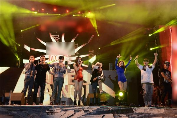 Các nghệ sĩ tham gia trong chương trình cùng nhau chào khán giả. - Tin sao Viet - Tin tuc sao Viet - Scandal sao Viet - Tin tuc cua Sao - Tin cua Sao