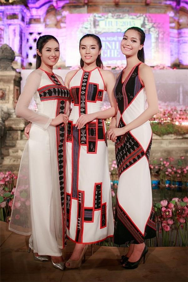 Tuy nhiên, cũng không quá hiếm hoi để được chiêm ngưỡng những khoảnh khắc đẹp của các Hoa hậu, Á hậu khi đồng hành trên sàn diễn.