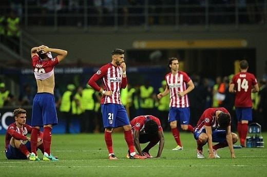 Và trong khoảnh khắc Ronaldo sút tung lưới Oblak, cả thế giới như sụp đổ dưới chân những người Atletico. Một nửa Madrid chìm trong nỗi đau.
