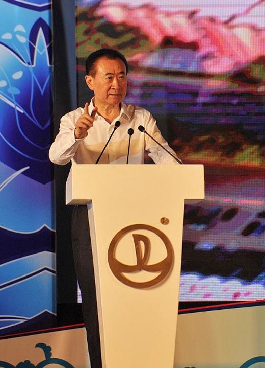 Công viên giải trí của Disney ở Thượng Hải có chi phí đầu tư 5,5 tỷ USD. Đây là khu vui chơi thứ 6 của Disney và là công trình thứ 4 ở nước ngoài sau công viên giải trí ở Paris, Pháp; Tokyo, Nhật Bản và Hong Kong, Trung Quốc. Tuy nhiên, tập đoàn Wanda không phải kẻ chân ướt chân ráo trong làng giải trí. Họ từng mua chuỗi rạp chiếu phim AMC của Mỹ năm 2012 và hoạt động nhiều trong lĩnh vực sản xuất phim, truyền thông và đầu tư nghệ thuật.