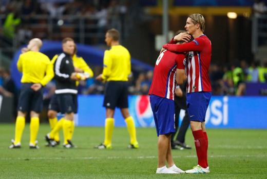 Khi những giọt nước mắt đã tạm khô, Torres đến an ủi người đàn em Koke.