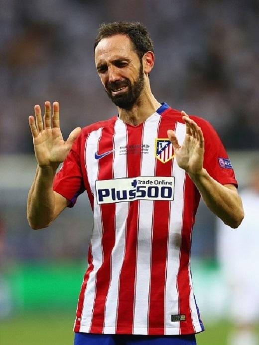 Trước cú sút penalty đập cột, Juanfran là người hùng. Chính anh kiến tạo cho Carrasco gỡ hòa 1-1.