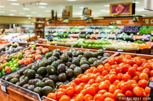 4. Rau và trái cây được bày phía trước một cách chủ đích Dù không phải là tiệm chuyên rau, trái cây sạch, nhiều cửa hàng, siêu thị vẫn bày mặt hàng này ở ngay cửa hoặc trung tâm lối đi. Điều này khiến cho khách hàng có cảm giác thân thiện và dễ chịu, đồng thời thu hút nhiều người vào mua sắm hơn.