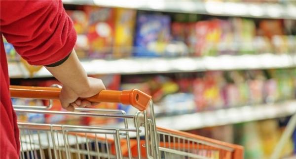 6. Xe đẩy có thể mang vi khuẩn Các cửa hàng, siêu thị hiếm khi lau rửa xe đẩy mà chỉ dồn vào một chỗ cho gọn. Hãy thận trọng bởi bạn đang mua thực phẩm với những chiếc xe này.