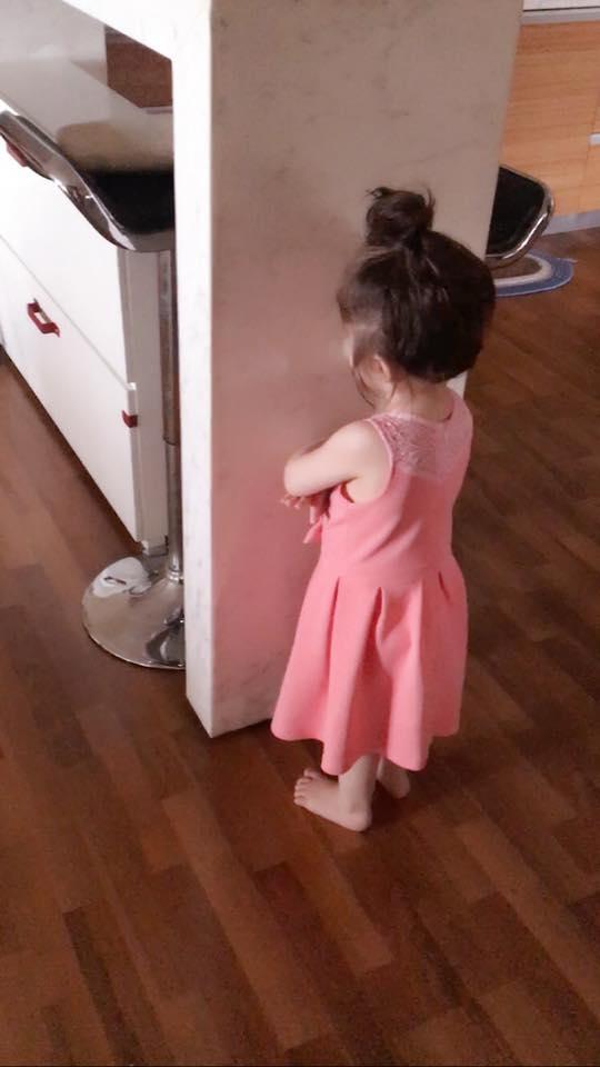 """Cách đây chưa lâu, """"bà mẹ hai con"""" đã đăng tải hình ảnh cô phạt Cadie đứng khoanh tay và úp mặt vào tường vì tội bỏ phí thức ăn. - Tin sao Viet - Tin tuc sao Viet - Scandal sao Viet - Tin tuc cua Sao - Tin cua Sao"""