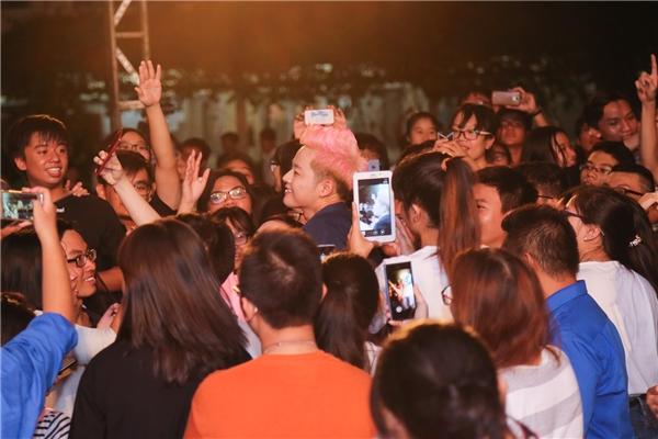 Fan hò hét, thích thú trước màn giả làm Lệ Quyên của Thanh Duy Idol - Tin sao Viet - Tin tuc sao Viet - Scandal sao Viet - Tin tuc cua Sao - Tin cua Sao
