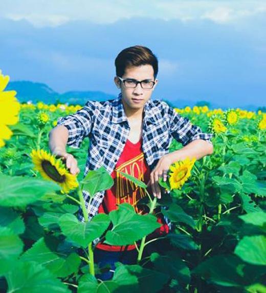 Chàng trai trẻ với công việc chụp ảnh kỷ yếu đang là một trào lưu được giới trẻ yêu thích.