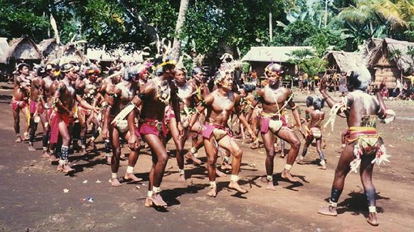 Các thanh niên của tộc đang nhảy múa trong lễ hội. (Ảnh: Internet)