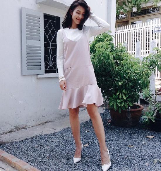 Với những cô nàng ưa chuộng vẻ ngoài điệu đà, thanh lịch, Khả Ngân sẽ là hình mẫu tuyệt vời để bạn học hỏi. Hot girl khéo léo phối áo dài tay màu trắng tinh khôi cùng váy hồng pastel ngọt ngào hợp xu hướng.