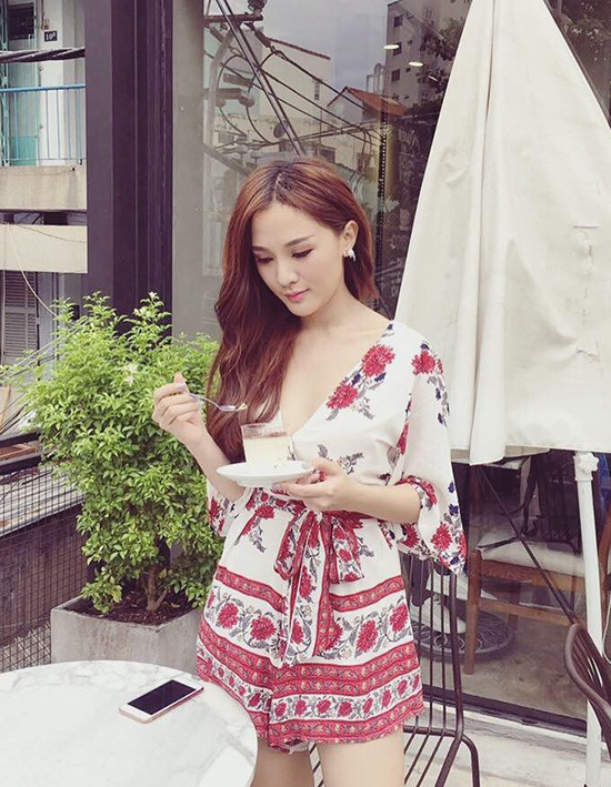 Họa tiết hoa màu đỏ nổi bật được sử dụng làm điểm nhấn cho bộ váy ngắn nhẹ nhàng của Kelly Nguyễn.