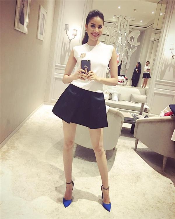 Phạm Hương và công thức đơn giản cho mọi cô gái: chân váy đi kèm áo phông với những tông màu trung tính.