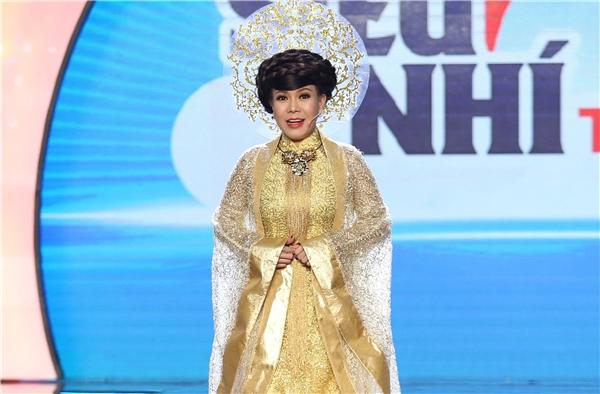 Ở đêm chung kết, Việt Hươngchọn cho mình bộ áo dài hoàng gia màu vàng vô cùng lộng lẫy và sang trọng. - Tin sao Viet - Tin tuc sao Viet - Scandal sao Viet - Tin tuc cua Sao - Tin cua Sao