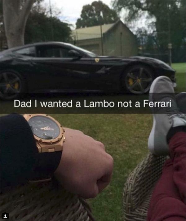 """Nỗi buồn của người giàu: Tức tối khi không nhận được món quà sinh nhật như ý, chàng trai gào thét ầm ĩ """"Cha à, con muốn 1 chiếc Lamborghini chứ không phải là Ferrari""""."""