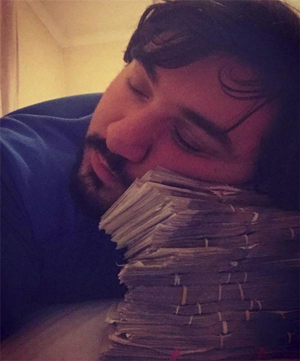 """Gối chẳng có đành phải dùng tiền. Giờ mới biết """"nằm trên tiền"""", """"ngủ trên tiền"""" là như nào."""