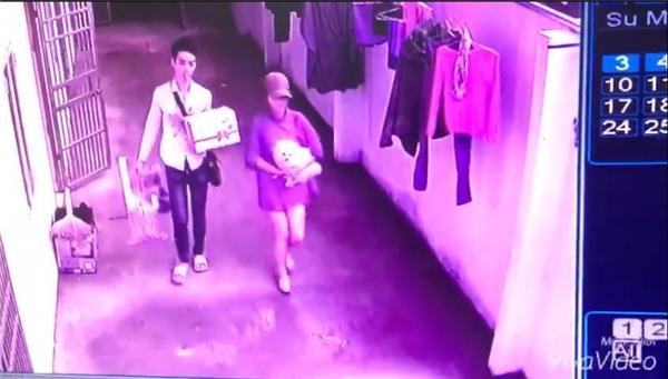 Sau khi đi lại rất nhiều lần, cô gái cùng một nam thanh niên ôm chó cùng đồ đạc chạy mất.(Ảnh: Cắt clip)