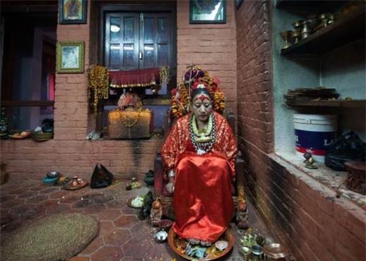 Là thánh nữ thiêng liêng, các Kumari không được phép chạm chân xuống đất vì họ thường được ngồi trên những chiếc ngai vàng có người khiêng. Bởi vậy, nhiều Kumari không biết cách đi lại vững chắc.