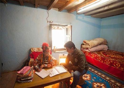 """Kumari cũng được học tập nhưng không đến trường mà có giáo viên riêng. Giáo viên sẽ đến tận nơi của """"nữ thần"""" để giảng dạy."""