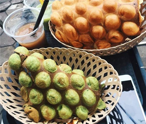 Bánh trứng gà non trà xanh trên phố Hàm Long có giá là 20.000 đồng/chiếc. (Ảnh: Internet)