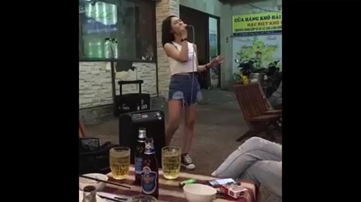 """""""Cô gái hát rong"""" xinh đẹp, hát hay như Hương Tràm """"gây sốt"""""""