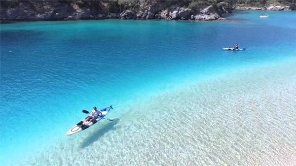Nước trong tới mức những người chèo kayak như đang bay trên không. (Ảnh:Huffington Post)