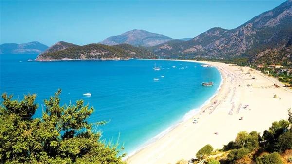 Bãi biển ở đây có cát trắng mịn, không quá đông, cho du khách cơ hội thư giãn tuyệt vời. (Ảnh:Thompson)