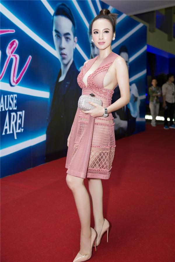 Dù xuất hiện khá trễ nhưng Angela Phương Trinh ngay lập tức trở thành tâm điểm trên thảm đỏ. Vẻ ngoài quá đỗi gợi cảm của cô gần như khiến khán giả, quan khách không thể rời mắt.