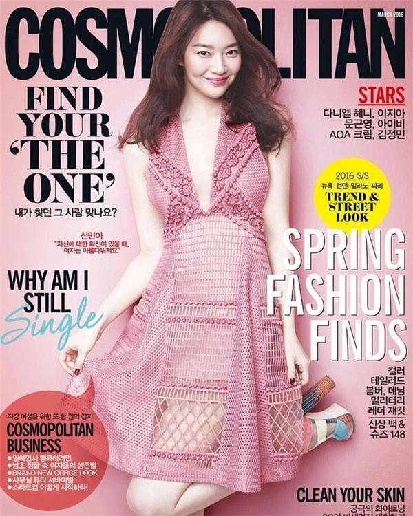 Thiết kế này từng được Shin Min Ah diện trên tạp chí Cosmopolitan nhưng kín đáo, thanh lịch hơn nhờ váy ôm sát màu hồng phấn bên trong.