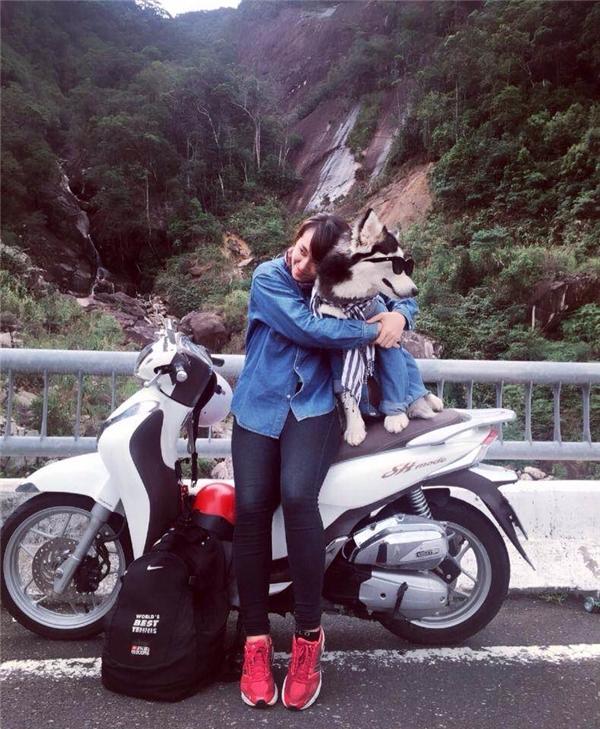 Một cô nàng xinh đẹp mê phượt cộng một chú cún đáng yêu thì sẽ thành gì?(Ảnh: NVCC)