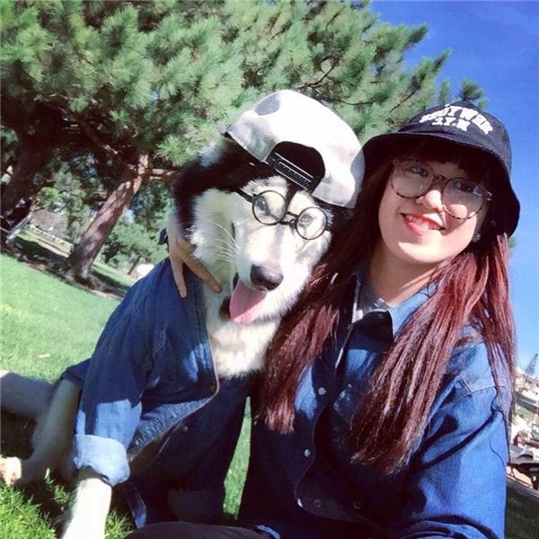 """""""Ai cũng không tin là mình đi xe máy một mình lại đèo thêm em cún đâu, vì mới nghe sẽ thấy rất là nguy hiểm, ngay cả mẹ mình ban đầu cũng la quá trời mà"""".(Ảnh: NVCC)"""