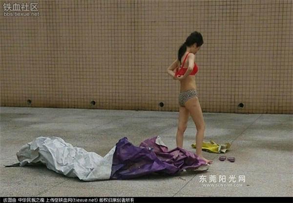 Thời gian trước, dân mạng Trung Quốc cũng được phen ngỡ ngàng trước hành động đầy táo bạo của cô gái trẻ. Tại sảnh chính trên quảng trường văn hóa ở một thành phố của Trung Quốc, người dân đi bộ xung quanh hốt hoảng và lập tức gọi điện cho cảnh sát tới can thiệp vì một cô gái trẻ nằm không mặc quần áo giữa sân.