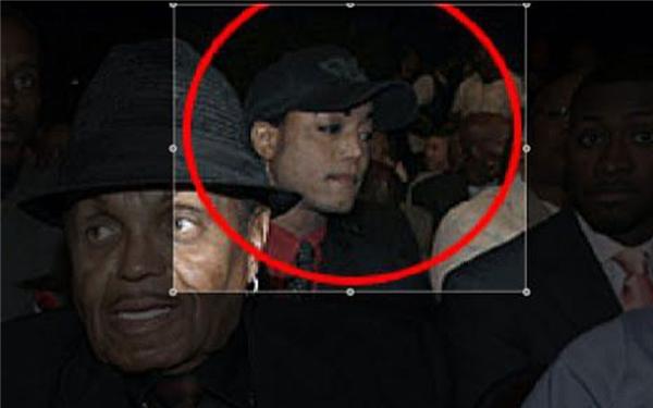 Một ngườiđược cho làông hoàng nhạc Pop đang ngồi giữa đám đông dân chúng